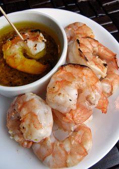 Deliciosos camarones a la parrilla con salsa de mantequilla y ajo, muy fáciles y rápidos de preparar. Un platillo lleno de sabor.