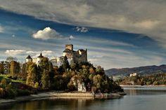 Zamek w Niedzicy - średniowieczna warownia, której historia sięga XIV wieku. Pierwszy raz nazwa zamek Dunajec (łac. novum castrum de Dunajecz) pojawiła się w dokumencie z 1325 roku. Zamek został zapisany jako własność rodu Jana i Rykolfa Berzeviczych, panów na Brzozowicy. Dzisiaj zamek spełnia funkcje muzealno-hotelowe.