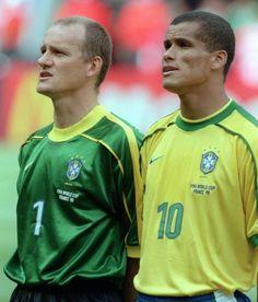 Copa de 1998 - Taffarel e Rivaldo cantam o hino brasileiro antes da partida contra a Escócia