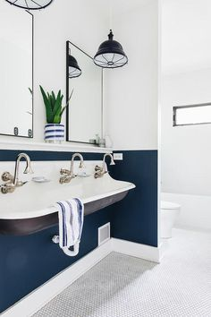 Two-toned wall paint color Benjamin Moore Hudson Bay 1680 bottom of wall and Sherwin Williams Extra White This is a great way to add personality in a bathroom while saving money Navy Blue Bathrooms, Nautical Bathrooms, Large Bathrooms, Navy Bathroom, Neutral Bathroom, 3d Design, House Design, Sink Design, Design Ideas