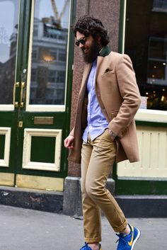 The latest men's street style photographs and trends for Our photographers snap the best-dressed real men from across the globe. Great Clothes For Men, Stylish Men, Men Casual, Casual Outfits, Mens Fashion Blog, Men's Fashion, Look Street Style, Look Man, Dapper Gentleman