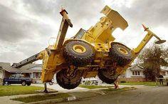 Kran fällt auf Haus.Looks like a Grove rough terrain crane