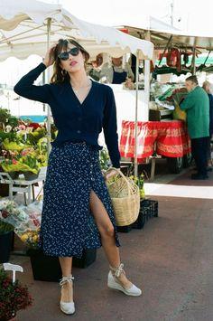 Achados da internet: espadrilha. Blusa de manga azul marinho, vestido envelope com estampa floral, espadrilha bege
