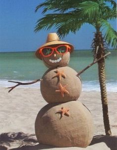 What about a sandman instead of snowman? Besides, North Pole Christmas is in the summer! Mahalo Hawaii, Maui Hawaii, Foto Fun, Christmas In July, Tropical Christmas, Caribbean Christmas, Merry Christmas, Christmas On The Beach, Aussie Christmas
