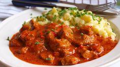 Vepřový paprikáš s haluškami Meat Recipes, Cooking Recipes, Healthy Recipes, Czech Recipes, Ethnic Recipes, Pork Meat, Stew, Curry, Appetizers
