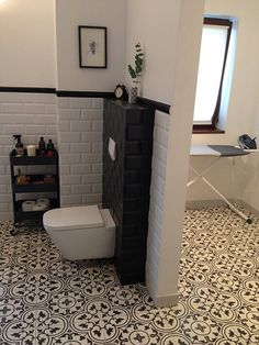 Badezimmer The post Zementfliesen. Wc Retro, Cement Tiles Bathroom, Lavatory Design, Hall Design, Bathroom Interior, Storage Spaces, Home Furnishings, Family Room, Curb Appeal