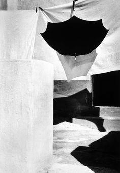 La Chanca, Almeria, / Photo by Carlos Pérez Siquier Martin Parr, Italian Neorealism, Amazing Photography, Art Photography, Creative Photography, Elements Of Drama, Social Themes, Best Authors, Parasols