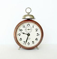 Cuentan que Leonardo Da Vinci hizo un diseño de reloj despertador que muchos consideraban más como una broma que como un proyecto serio. Constaba de un platillo redondo sostenido por un tubo que funcionaba como una palanca de dos brazos.. #reloj #despertador
