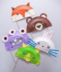 Dierenmaskers met kartonnen bordjes. Met touwtjes vastmaken achter het hoofd, of een stokje eraan maken, zodat het kan worden vastgehouden.