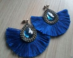 Brincos Leque Jewelry For Her, Diy Jewelry Making, Boho Jewelry, Beaded Jewelry, Fine Jewelry, Handmade Jewelry, Fashion Jewelry, Soutache Necklace, Tassel Earrings