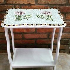 Peça em madeira com aplicação de mosaico.