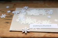 Schneeflocken aus Papier für den Notfall, falls die weiße Weihnacht ausbleibt / little paper snowflakes for a white christmas made by halfbird via DaWanda.com