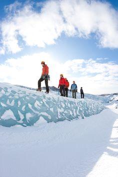 Si te atreves a adentrarte en una aventura en un glaciar de Islandia te esperan parajes épicos e historias inolvidables.