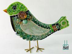 DAVID CHÁVEZ.  Creó este singular pajarito de Vitromosaico.