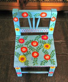Blue Pits blue chair with flowers, pintar banca Mexican Chairs, Mexican Furniture, Funky Furniture, Hand Painted Chairs, Hand Painted Furniture, Paint Furniture, Mexican Home Design, Mexican Designs, Scandinavian Folk Art