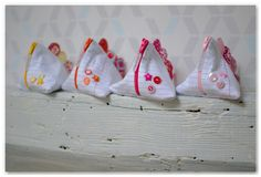 Une idée cadeau original pour la maîtresse pour la fin de l'année : des petites trousses berlingot en tissu façon notebook et crêtes multicolores.