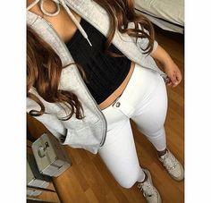 Low nike air force 1, white skinny jeans, black crop top, vest