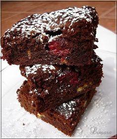 Gondolom a brownie -ról nem kell ódákat zenegni senkinek sem. Ez a csupa csokis sütemény jöhet bármikor, elég belőle néhány falat és máris ...