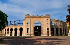 Turismo em Colônia do Sacramento: o que fazer no destino uruguaio - A Plaza de Toros Real de San Carlos foi construída com o mesmo formato das arenas de touros espanholas