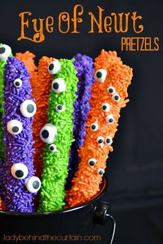 These easy to make Halloween Eye of Newt Pretzels are so stinking cute! Halloween Treats To Make, Halloween Sweets, Halloween Eyes, Halloween Goodies, Holidays Halloween, Halloween Crafts, Happy Halloween, Halloween Decorations, Halloween Party
