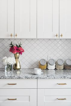 Kitchen Tile Countertops Diy Backsplash Ideas 23 Ideas For 2019 White Kitchen Backsplash, White Kitchen Cabinets, Kitchen Cabinet Design, Kitchen Tiles, Kitchen Countertops, Diy Kitchen, Kitchen Decor, Brass Kitchen, Backsplash Tile