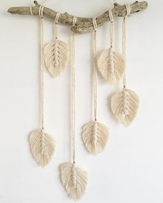 Macramé feathers rose gold and magical driftwood ✨ handmadewithlove macramé macrame macrameart macramelove…Small macrame wall hanging feathers macrame feathers macrame home decor home decor boho decor boho art boho feathers macrame – Macrame Art, Macrame Projects, Macrame Knots, Diy Projects, Driftwood Macrame, Macrame Wall Hangings, Boho Wall Hanging, Yarn Crafts, Diy And Crafts