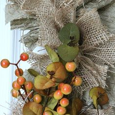 The easiest & fastest, most gorgeous Burlap Rag Wreath, ever! Diy Yarn Wreath, Easy Burlap Wreath, Sunflower Burlap Wreaths, Burlap Crafts, Burlap Flowers, Fabric Flowers, Rag Wreaths, Ribbon Wreaths, Door Wreaths
