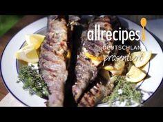 Lust auf Fisch grillen? Das Video zeigt wie man Forelle ganz einfach auf dem Grill zubereitet. Sie werden mit frischen Kräutern gefüllt. Das Rezept gibts auf Allrecipes Deutschland: http://de.allrecipes.com/rezept/12650/gegrillte-forelle-mit-kr-uterf-llung.aspx