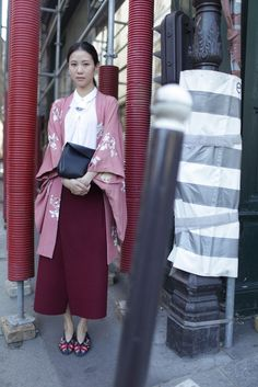 Are Wearing: Paris Fashion Week Paris Fashion Week street style. [Photo by Kuba Dabrowski]Paris Fashion Week street style. [Photo by Kuba Dabrowski] Kimono Outfit, Kimono Fashion, Modest Fashion, Kimono Jacket, Parisienne Chic, Japan Fashion, Paris Fashion, Moda Kimono, Moda Paris