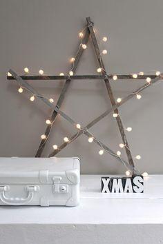 DIY, paar latjes tegen elkaar in de vorm van een ster en lampjes eraan bevestigen. Super leuk effect!