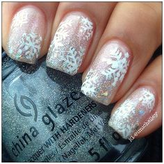 Winter Holiday Nail Designs Sparkly nail polish and snowflakes on them will instantly bring you into the holiday spirit.Sparkly nail polish and snowflakes on them will instantly bring you into the holiday spirit. Cute Christmas Nails, Xmas Nails, Holiday Nails, Fun Nails, Pretty Nails, Christmas Snowflakes, Christmas Tree, Green Christmas, Christmas Presents