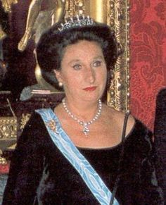 Pilar's younger sister, Infanta Margarita, does seem to have done as much tiara wearing. This dainty diamond tiara comes topped with pearl spikes... which can be removed