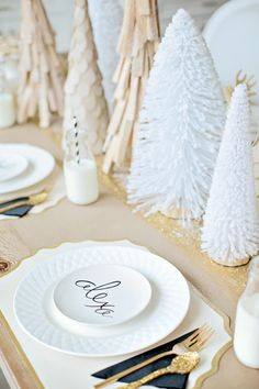 34 Cool Winter Decorations Table Settings Ideas - Home Design Noel Christmas, Christmas Morning, Christmas Design, Christmas Wedding, White Christmas, Christmas Plates, Christmas Table Settings, Christmas Tablescapes, Christmas Decorations