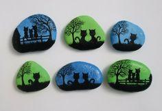 galets décoratifs à motifs chats noirs sur fond en vert et bleu