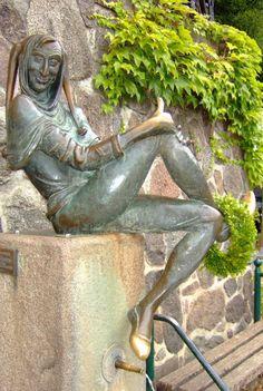 Mölln - Eulenspiegelbrunnen mit blanken Fußspitzen und Daumen von zahllosen Berührungen