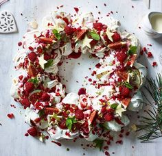 Give the classic wreath a foodie makeover and ensure your party table is totally on trend with these edible centrepieces. Christmas Cooking, Christmas Desserts, Christmas Wreaths, Christmas Cakes, Christmas Pavlova, Christmas Holiday, Edible Centerpieces, Cold Cake, Cake Trends