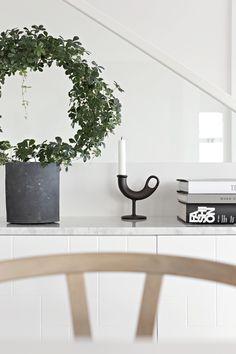 New in - Norwegian Design Monochrome Interior, Black And White Interior, Simple Living Room, Home And Living, Cactus Plante, Nordic Design, Scandinavian Home, Interior Styling, Interior Inspiration