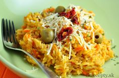 Perfektné tekvicové rizoto s mrkvou, ktoré si určite zamilujete! Doplňte ho o sušené paradajky, olivy a strúhaný parmezán a o pochúťku pre celú rodinu máte postarané. Ingrediencie (na 4 porcie): 300g ryže (hnedá, basmati, jasmínová, divoká..) 500g tekvicového pyré (z tekvice hokkaido alebo maslovej)* 1 l kuracieho vývaru 200g strúhanej mrkvy 1 cibuľa 1 PL […]