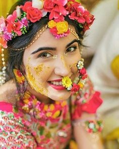 A complete set floral jewellery, starting from maang tikka to the bracelets, looks stunning. Indian Bridal Outfits, Indian Bridal Makeup, Bridal Makeup Looks, Indian Bridal Fashion, Wedding Makeup, Mehndi Ceremony, Haldi Ceremony, Indian Wedding Rings, Indian Weddings