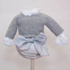 Pour le haut de la tenue !!  Ce petit pull gris avec cette chemisette est un ravissement de délicatesse :)