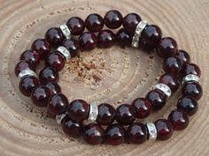 Náramek z přírodního granátu Temný přírodní granát se stříbrnými mezidílky s kamínky je určený ženám a dívkám, které potřebují najít ztracenou sílu.  Délka 17-18 cm, navlečeno na černém elastickém lanku. Beaded Bracelets, Jewelry, Jewlery, Jewerly, Pearl Bracelets, Schmuck, Jewels, Jewelery, Fine Jewelry