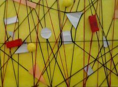 Instalación, líneas y figuras geométricas.