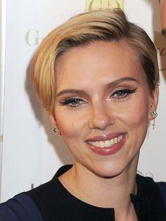 Alerte Coiffure: Scarlett Johansson a encore raccourci ! Novembre 2014