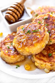These corn fritters are loaded with fresh corn, rich with a touch of honey and buttermilk, light and tender on the inside, perfectly crispy on the outside! Cornbread Cake, Sweet Cornbread, Cornbread Recipes, Corn Fritter Recipes, Tasty Vegetarian Recipes, Curry Recipes, Creamy Corn, Corn Cakes, No Cook Meals