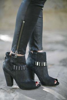 Love!! Estas botas + leggins de símil cuero + remera con tachas= look súper rockero. Si le agregás una camisa de tartan, lo hacés más grunge.