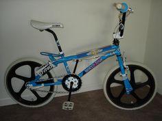 1986 GT World Tour - BMXmuseum.com Gt Bikes, Cool Bikes, Vintage Bmx Bikes, Gt Bmx, Bmx Cruiser, Old Scool, Bmx Freestyle, Bmx Bicycle, Diy Home Crafts
