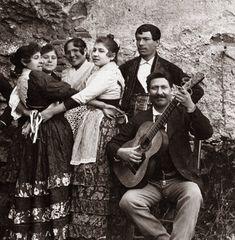 Spain. A Gypsy guitarist from Sacromonte. A photo by Rafael Garzón Rodríguez (Granada, 1863 – lugar desconocido, 1923) . The beginning of the 20th century