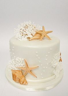 Beach Wedding cakes decorated with seashells, starfish, tropical flowers, modern toppers. Plus unique trends like beach wedding cupcakes & petite cakes. Beach Themed Cakes, Themed Wedding Cakes, Wedding Cake Decorations, Theme Cakes, Themed Weddings, Beautiful Cakes, Amazing Cakes, Beautiful Beach, Bolo Macaron