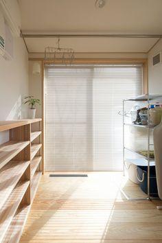 【まとめ】ナレッジライフの家「収納・片付け」   洗濯機を置いたサンルームの棚には、洗濯グッズや家族のタオル類などを収納できますね。  #洗濯室 #サンルーム #ファミリークローゼット #収納 #収納ボックス #クローゼット収納 #家事室 #家事動線 #家事楽 #自然素材の家 #新潟の家 #新潟注文住宅 #ナレッジライフ Blinds, Layout, Curtains, Pure Products, Room, Interior, Home Decor, Bedroom, Decoration Home