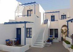 Arquitetura grega, construções simples e alvenaria rústica... Paredes caiadas, com acabamento arredondado dão sensação de fluidez e leveza. Exteriores e interiores são completamente brancos, com toques em azul, remetendo ao clima de paz e relaxamento.